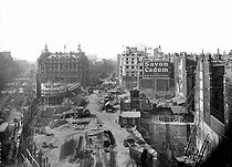 Roger-Viollet | 274587 | Paris. Construction of the new buildings after the gap of the boulevard Haussmann. Around 1925-1926. | © Albert Harlingue / Roger-Viollet