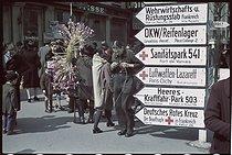 Roger-Viollet | 277233 | World War II. The flea market in Saint-Ouen. Photograph by André Zucca (1897-1973). Bibliothèque historique de la Ville de Paris. | © André Zucca / BHVP / Roger-Viollet