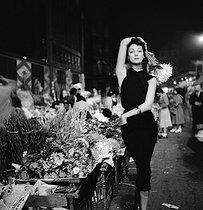 Roger-Viollet | 277471 | Ivy Nicholson (born in 1933), American actress and model, at the Halles market. Paris (Ist arrondissement). | © Jack Nisberg / Roger-Viollet