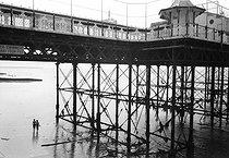 Roger-Viollet | 277986 | Brighton Pier (England), on August 5, 1980. | © Jean-Pierre Couderc / Roger-Viollet