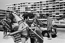 Roger-Viollet | 278537 | Holidays in Fréjus (Var, France), on July 24, 1983. | © Jean-Pierre Couderc / Roger-Viollet