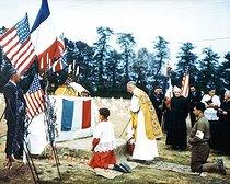 Roger-Viollet | 281918 | Guerre 1939-1945. Opération Overlord. Prêtre catholique célébrant la messe dans le cimetière américain de Colleville-sur-Mer (Calvados), juillet 1944. | © Bilderwelt / Roger-Viollet