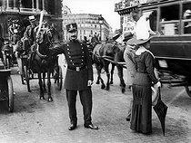 Roger-Viollet | 284557 | Policeman. Paris, place de l'Opéra, circa 1910. | © Neurdein / Roger-Viollet