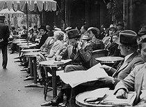 Roger-Viollet | 284628 | Paris. The  café de la Paix , on a waiter strike day. | © Roger-Viollet / Roger-Viollet
