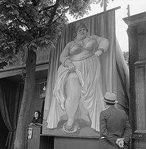 Roger-Viollet | 285134 | Fun fair : the biggest woman on Earth. | © Gaston Paris / Roger-Viollet
