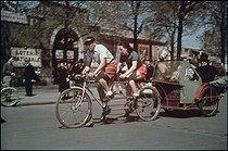 Roger-Viollet | 285286 | World War II. Taxi tandem going to Longchamp. Paris, August 1943. Photograph by André Zucca (1897-1973). Bibliothèque historique de la Ville de Paris. | © André Zucca / BHVP / Roger-Viollet