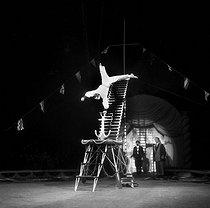 Roger-Viollet | 286862 | Moscow Circus. Acrobat. Paris, April 1958. | © Studio Lipnitzki / Roger-Viollet