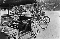 Roger-Viollet | 286874 | Wounded woman taken to the hospital in a rickshaw. Cambodia, 1974. | © Françoise Demulder / Roger-Viollet