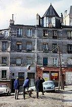 Roger-Viollet | 289907 | Migrant workers, rue Vilin. Paris (XXth arrondissement), February 1968. Photograph by Léon Claude Vénézia. | © Léon Claude Vénézia / Roger-Viollet