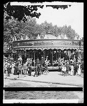 Roger-Viollet | 290468 | Merry-go-round, Paris. | © Léon & Lévy / Roger-Viollet