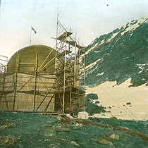 Roger-Viollet | 290904 | Andree expedition to the North Pole. Spitsbergen, the balloon in its shelter. Detail of a colorized stereoscopic view. | © Léon & Lévy / Roger-Viollet