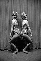 Roger-Viollet | 291839 | Dancers on the stage of the Lido. Paris, March 1960. | © Bernard Lipnitzki / Roger-Viollet