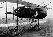 Roger-Viollet | 292719 | Worl War I. Farman Cognard biplane equipped with a wireless telegraphy device and a machine gun. December 1917. | © Jacques Boyer / Roger-Viollet