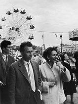 Roger-Viollet   295538   Fun fair on the Invalides esplanade. Paris, 1955. Photograph by Janine Niepce (1921-2007).   © Janine Niepce / Roger-Viollet