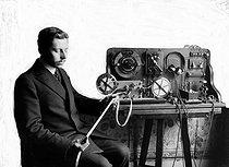 Roger-Viollet | 296570 | Télégraphie sans fil. Appareil enregistreur (système Tauleigne) pour TSF. Lecture d'une dépêche. Invention d'Ernest Roger et d'Eugène Ducretet. 1914. | © Jacques Boyer / Roger-Viollet