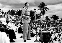 Roger-Viollet | 297170 | Conference of Brazzaville (Congo). January 1944. Charles De Gaulle pronouncing a speech at Félix-Eboué stadium. | © Roger-Viollet / Roger-Viollet