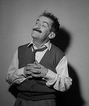 Roger-Viollet   297510   Louis de Funès (1914-1983), French actor. Paris, on October 12, 1954. Photograph by Roger Berson.   © Roger Berson / Roger-Viollet