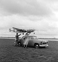 Roger-Viollet | 299151 | Presentation of the Simca  Ariane  car. Orly (France), 1957. | © Roger-Viollet / Roger-Viollet