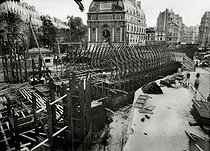Roger-Viollet | 299647 | Construction of the Paris Metro (or Metropolitain). Works at the place Saint Michel and rue Danton. Paris (VIth arrondissement), July 1906. | © Maurice-Louis Branger / Roger-Viollet