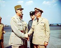 Roger-Viollet | 301225 | Guerre 1939-1945. Rencontre entre le général Charles de Gaulle (1890-1970) et le général George C. Marshall (1880-1959) au moment de la libération de la France, 1945. | © Bilderwelt / Roger-Viollet