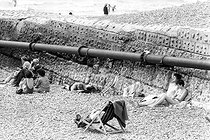 Roger-Viollet | 301460 | Beach scene. Brighton (England), on August 5, 1980. | © Jean-Pierre Couderc / Roger-Viollet