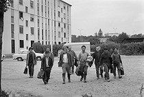 Roger-Viollet | 303552 | Ouvriers rentrant dans leur bidonville. Saint-Denis, vers 1967. | © Georges Azenstarck / Roger-Viollet