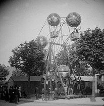 Roger-Viollet | 307333 | Gingerbread fair. The Balloons. Paris, about 1894-1895. | © Léon & Lévy / Roger-Viollet