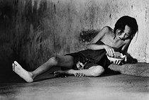 Roger-Viollet | 309996 |  Meal at the asylum . Patient confined in a mental hospital. Saigon (Vietnam), 1975. | © Françoise Demulder / Roger-Viollet