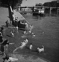 Roger-Viollet | 310525 | Swimming in the river Seine, near the Pont-Neuf. Paris (Ist arrondissement), circa 1935. | © Gaston Paris / Roger-Viollet