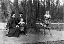 Roger-Viollet | 310670 | Family. Special effect photograph by Henri Roger. 1894. | © Henri Roger / Roger-Viollet