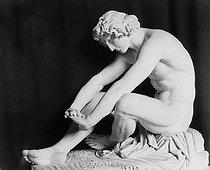 Roger-Viollet | 311366 | Perraud. Le désespoir. Louvre. | © Léopold Mercier / Roger-Viollet