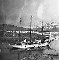 Roger-Viollet | 311513 | Le  Pourquoi-pas ? , navire de l'expédition du commandant Charcot en mission dans l'Antarctique (1908-1910). | © Albert Harlingue / Roger-Viollet