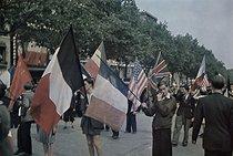 Roger-Viollet | 316825 | World War II. Crowd celebrating the liberation on the Champs-Elysées, Paris. Photograph by André Zucca (1897-1973). Bibliothèque historique de la Ville de Paris. | © André Zucca / BHVP / Roger-Viollet