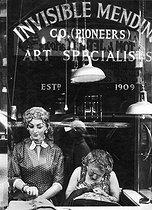 Roger-Viollet | 318468 | Alteration shop  Invisible Mending . London (England). | © Jack Nisberg / Roger-Viollet
