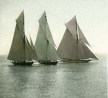 Roger-Viollet | 319727 | Race of sailing boats. Nice (France), circa 1890-1895. Detail of a colorized stereoscopic view. | © Léon & Lévy / Roger-Viollet