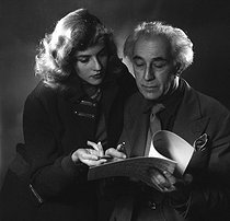 Roger-Viollet | 320842 | Abel Gance (1889-1981), French director and Nelly Kaplan (born in 1936), Argentinian-born French director and writer. November 1956. | © Boris Lipnitzki / Roger-Viollet