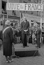 Roger-Viollet | 320857 | General de Gaulle (1890-1970), at the time of a trip in Brittany. September 1960. | © Bernard Lipnitzki / Roger-Viollet