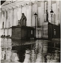 Roger-Viollet | 320934 | Facade of the National Assembly, sculpture by Henri François d'Aguesseau (by Jean Joseph Foucou), by night after the rain, Paris (VIIth arrondissement). 1933. Photograph by Roger Schall (1904-1995). Paris, musée Carnavalet. | © Roger Schall / Musée Carnavalet / Roger-Viollet