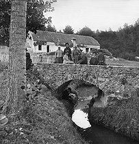 Roger-Viollet | 321374 | Family of farmers on a bridge. Levis-Saint-Nom (France), 1888. Photograph by Henri Roger (1869-1946). | © Henri Roger / Roger-Viollet