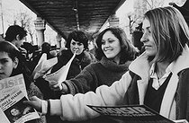 Roger-Viollet | 326258 | Distribution of leaflets for Gisèle Halimi, candidate for the XVth arrondissement of Paris, during the election campaign of the women's  Choisir  electoral programme. Commerce-Dupleix market. Paris (XVth arrondissement), on February 26, 1978. Photograph by Janine Niepce (1921-2007). | © Janine Niepce / Roger-Viollet