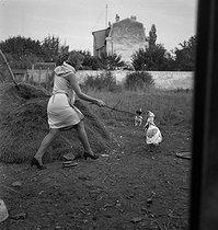 Roger-Viollet | 327659 | FRANCE - YOUNG WOMAN | © Gaston Paris / Roger-Viollet