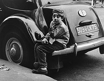Roger-Viollet | 327781 | Boy from Paris, 1957. Photograph by Janine Niepce (1921-2007). | © Janine Niepce / Roger-Viollet
