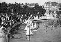 Roger-Viollet | 328889 | Group of children and their sailing ships. Paris, ornamental lake of the jardin de Tuileries, in 1941. | © LAPI / Roger-Viollet
