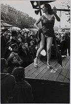 Roger-Viollet | 336602 | Celebrations and shows in Paris. The Foire du Trône, fun fair. Paris (XIIth arrondissement), 1952. Photograph by Jean Marquis (1926-2019). Bibliothèque historique de la Ville de Paris. | © Jean Marquis / BHVP / Roger-Viollet