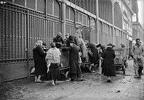 Roger-Viollet | 336889 | World War II. The Halles. Parisians looking for some food. Paris (Ist arrondissement), 1940. | © LAPI / Roger-Viollet