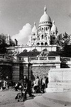 Roger-Viollet | 338700 | Montmartre and the Sacré-Coeur. Paris (XVIIIth arrondissement), 1983. Photograph by Janine Niepce (1921-2007). | © Janine Niepce / Roger-Viollet