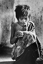 Roger-Viollet | 338791 |  Ordinary madness in wartime . Patient confined in a mental hospital. Saigon (Vietnam), 1975. | © Françoise Demulder / Roger-Viollet