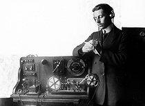 Roger-Viollet | 339790 | Télégraphie sans fil. Appareil enregistreur (système Tauleigne) pour TSF. Reception au microphone. Invention d'Ernest Roger et d'Eugène Ducretet. 1914. | © Jacques Boyer / Roger-Viollet