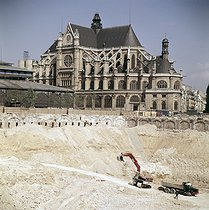 Roger-Viollet | 340010 | Demolition of the Halles covered market. Paris (Ist arrondissement), 1971-1973. | © Collection Roger-Viollet / Roger-Viollet