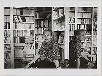 Roger-Viollet | 340783 | Elisabeth Badinter (née en 1944), philosophe, femme de lettres française, dans sa bibliothèque | © Janine Niepce / Bibliothèque Marguerite Durand / Roger-Viollet